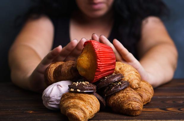Κορονοϊός και τρόφιμα – Όλα όσα πρέπει να γνωρίζετε woman resisting sweets sugary snacks food cravings